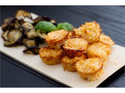 Vürtsikad juustu-lillkapsaampsud  20-25min, 24 väikest või 20 suurt Koostis:     400 g külmutatud lillkapsaõisikuid (nt Premia Maahärra)     200 g riivitud juustu     2 sl jahvatatud mandleid või mandlijahu     1 muna     1 tl magusat tšillikastet     soola ja musta pipart