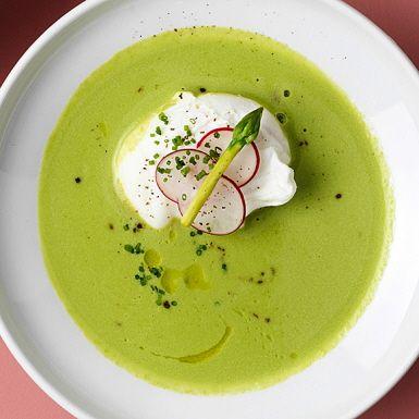 Invig vårfesten med en lika len som vackert färgglad soppa på grön sparris och frysta gröna ärter. Bjud vårsoppan varm tillsammans med rökt lax, skivade rädisor och pocherade ägg. Eller så skippar du pocherandet och kör på mjukkokta ägg. Superlyxigt!