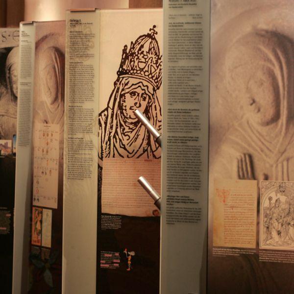 """1206 - 1802 Äbtissinnen sind Reichsfürstinnen Im sogenannten """"Großen Gandersheimer Streit"""" an der Wende vom 10. zum 11. Jahrhundert meldete der Hildesheimer Bischof Ansprüche auf das Stift an, weswegen sich die Kanonissen wegen der Lage an der unklaren Grenze zwischen den Bistümern Mainz und Hildesheim an den Mainzer Erzbischof annäherten. Diese Zuständigkeit wurde auf verschiedenen Synoden diskutiert, und erst das volle Exemtionsprivileg von Papst Innozenz III. vom 22. Juni 1206 befreite…"""