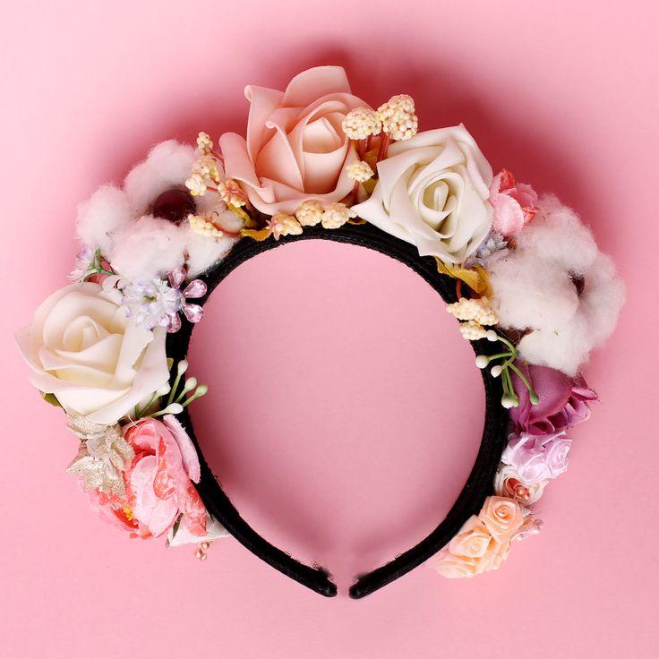 Coroniță din flori – plastic, hârtie, textil, spumă, aplicații diverse si FLORI DE BUMBAC NATURAL  Asamblare manuală pe cordeluță neagră de plastic, imbracata in catifea neagră  Mărime universală  Culori: roz, mov, alb etc.  Flori: bumbac, trandafiri, diverse