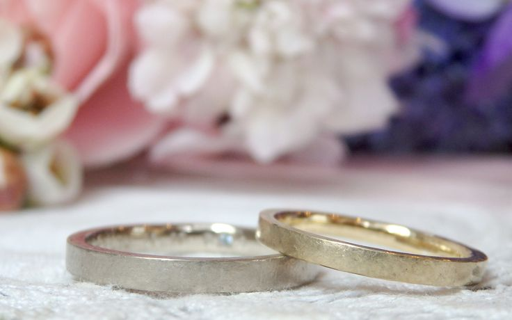 男性は、ホワイトゴールドを素の色のまま、ほんのり黄色味を残してお仕立て。 女性は、イエローゴールドで男性より少し細めにお仕立てした結婚指輪 [マリッジリング,marriage,wedding,ring,K18WG,K18YG,bridal,]