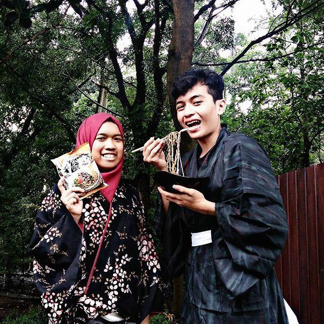 【cozyalan】さんのInstagramをピンしています。 《#MakanMikuya @nissinramenbar  _ 📷 Photo by: @nungky_dw _ 私たちは ラーメン兄弟です! ラーメンをが 好きです 😘🍜 これは 私たちの 日本の みく屋ラーメンの 食べ方です🎎  おいしいね ~~~ 😚👍 _  #MikuyaRamen #みく屋ラーメ #ラーメ #Ramen #Ramen🍜 #RamenNoodles #RamenLover #RamenBar #Nissin #日清 #NissinRamen #BlackBeans #黒豆 #JapaneseFashion #ファッション  #Yukata #浴衣 #JapaneseFood #JapaneseCuisine #料理 #食べ物 #食べる #BrotherandSister #兄弟 #JapaneseCulture #文化 #森林 #じゃじゃ #じゃじゃ麺》