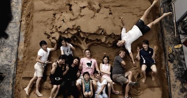 OMO cria esculturas de areia e traduz o conceito de que se sujar faz bem