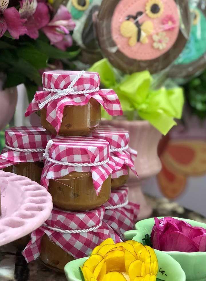 Potes de doces caseiros podem ser colocados em uma tigela de vidro. P …   – Cumple 3