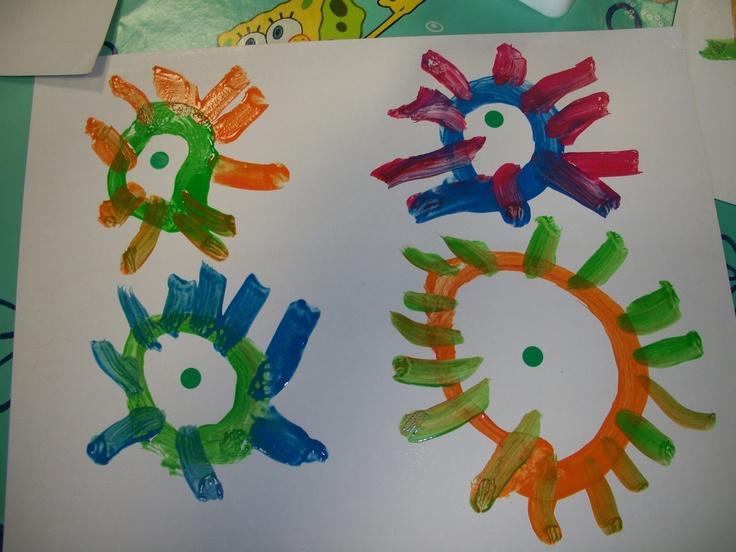pegar gomets(cercles) en un full gran i els xiquets tenen que rodejar el cercles fent un sol.Després posen ratlletes imitant els raigs del sol.