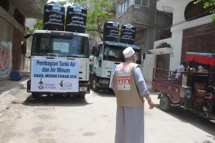 PRESS RELEASE: Sahabat Al-Aqsha Bagikan 100 Tanki Air dan Air Minum di Gaza Sepanjang Musim Panas  Foto: Sahabat Al-Aqsha  YOGYAKARTA Senin (Sahabat Al-Aqsha): Demi meringankan kehidupan rakyat di Jalur Gaza yang 10 tahun dikepung penjajah Zionis Israel Sahabat Al-Aqsha bekerja sama dengan Al-Sarra Foundation membagikan 100 tanki air masing-masing berkapasitas 500 liter dan air minum selama tiga bulan musim panas. Sahabat Al-Aqsha mensponsori pembagian air minum sebanyak enam kali.  Foto…