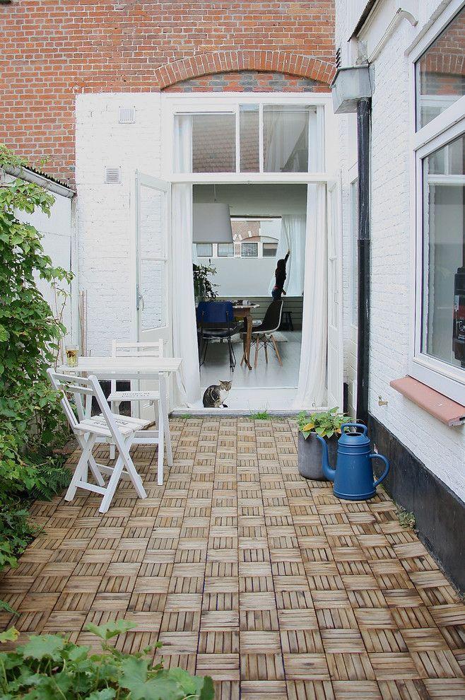 Белые двери в интерьере: 30+ лучших дизайнерских идей и решений http://happymodern.ru/belye-dveri-v-interere-foto/ Белые распашные двери и белая мебель на террасе в скандинавском стиле Смотри больше http://happymodern.ru/belye-dveri-v-interere-foto/
