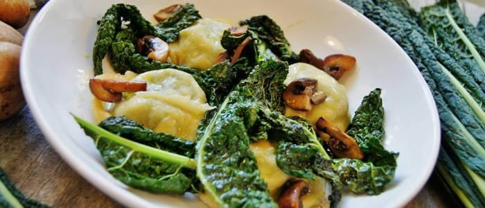 Recept från Lantmännen - Hemgjord pasta med getostpesto och svartkål