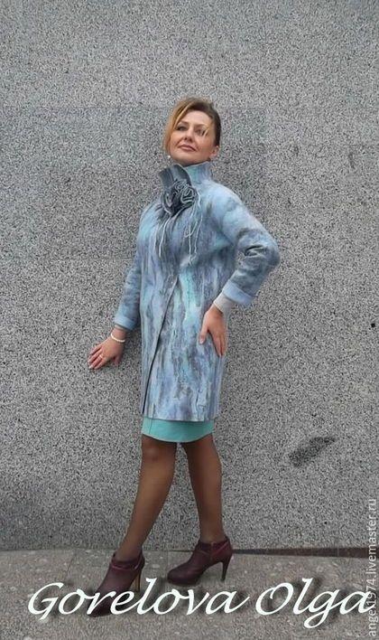 Купить или заказать валяное пальто  'Одри' в интернет-магазине на Ярмарке Мастеров. Пальто выполнено из мериносовой шерсти 18мкр. Прекрасного голубого оттенка с переливами других родственных цветов. Покрыто волокнами в той же цветовой гамме,что и шерсть. Силуэт пальто прямой, ассимертичный борт,расширенная горловина,рукав цельнокроённый 3/4. Изделие легкое и нарядное, застегивается на металлические кнопки. Хотите первыми узнавать о моих новых работах акциях и скидках?