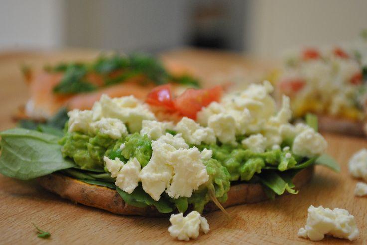 Süßkartoffel toasten??? Die beste Idee seit langem!  Süßkartoffel-Toast mit Avocado-Erbsen-Püree | Kalorien: 433 Kcal - Zeit: 5 Min. | http://eatsmarter.de/rezepte/suesskartoffel-toast-mit-avocado-erbsen-pueree