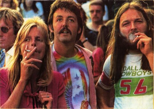 Linda & Paul McCartney with David Gilmour on August 21, 1976 at the Knebworth Fair festival, during a Rolling Stones concert.