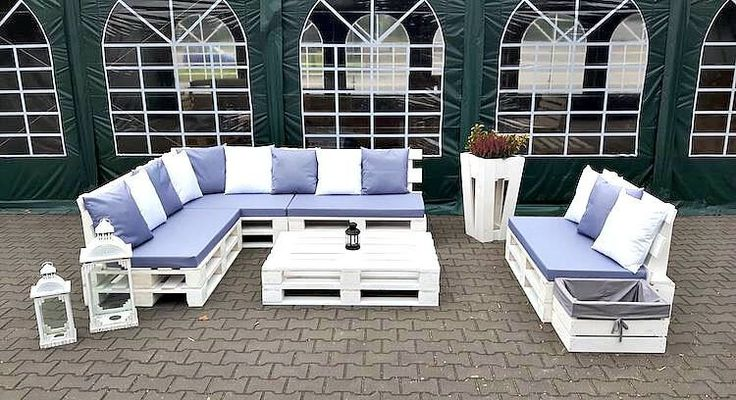 This is what we call grace and sophistication! This mind-blowing outdoor furniture of wood pallet is dramatic included with a long length of couch set with the infusion of center table piece. In extra features, this set does incorporate the storage box with the blend of planter box stand at one side.