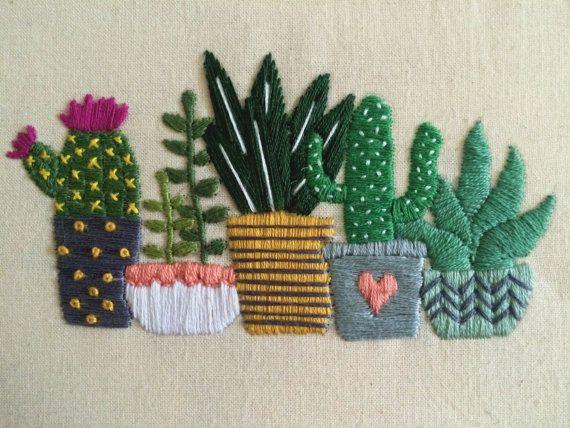 Hermosa 19cm (7,5 pulgadas) bordados arte de aro de ménsula Cactus y suculentas.  Está bordado en tela percal de algodón natural y características cinco lindos cactus y suculentas en macetas bastante poco. Este diseño está bordado en una paleta de color mostaza, gris, coral, blanco y verde. Por favor me avisas si quieres que una paleta de colores diferentes para adaptarse a su decoración.  Este aro se ve maravilloso sentado en un estante o repisa de la chimenea pero también puede montarse…