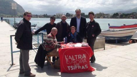 """Το """"Ψηφοδέλτιο Τσίπρας"""" πήγε... παραλία: Συγκέντρωση υπογραφών στο Μοντέλο του Παλέρμο."""