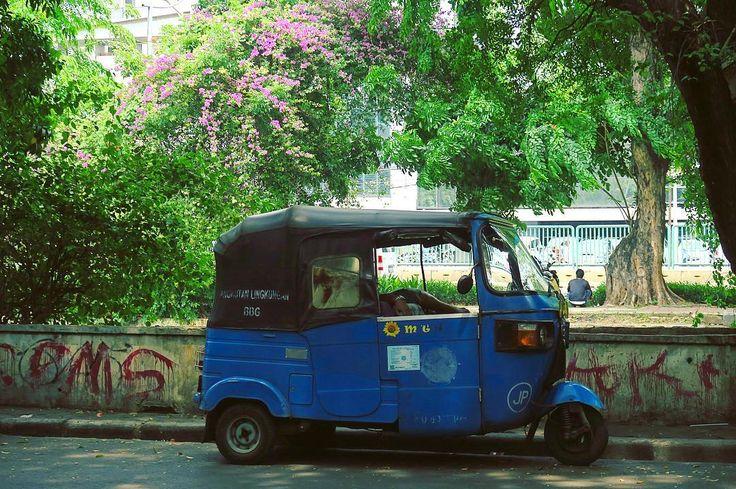 バジャイ三輪タクシーとブーゲンビリア トゥクトゥクは一体何カ国にあるんだろう どれだけのデザインがあるのだろう そしてどこの国のドライバーも やっぱり生足露わに木陰で昼寝をしてるのだろうか  世界のいろんな乗り物大好き 特にガッタガタのやつ . . #kitsch #retro #automobile #taxi #bajaj #indonesia #scenery #旅 #レトロ #キッチュ #トゥクトゥク #インドネシア #世界の乗り物 #バジャイ