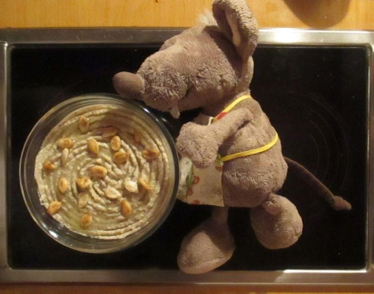 Kabirův babaganuš - potřebujeme: dva větší nebo tři menší lilky bílej jogurt citrón sezamovou pastu tahini (maj v supermáči) římskej kmín (maj tamtéž) stroužek česneku sůl, pepř a olivovej olej