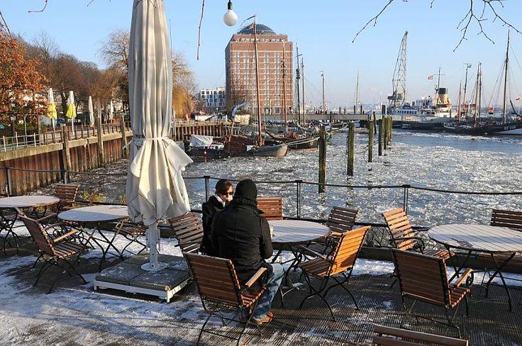 Hamburg im Winter - Cafe am Museumshafen Övelgönne - Gäste. | Elbstrand.