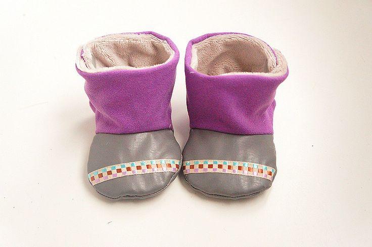 Chaussons bottes bébé fille, peau de pêche violette et simili cuir gris : Mode Bébé par hazaliwa