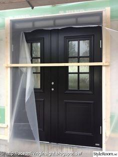 En liten tjuvtitt på våra fina svarta dubbeldörrar med överjlus :-) Är så nöjd med att vi valde den färgen!