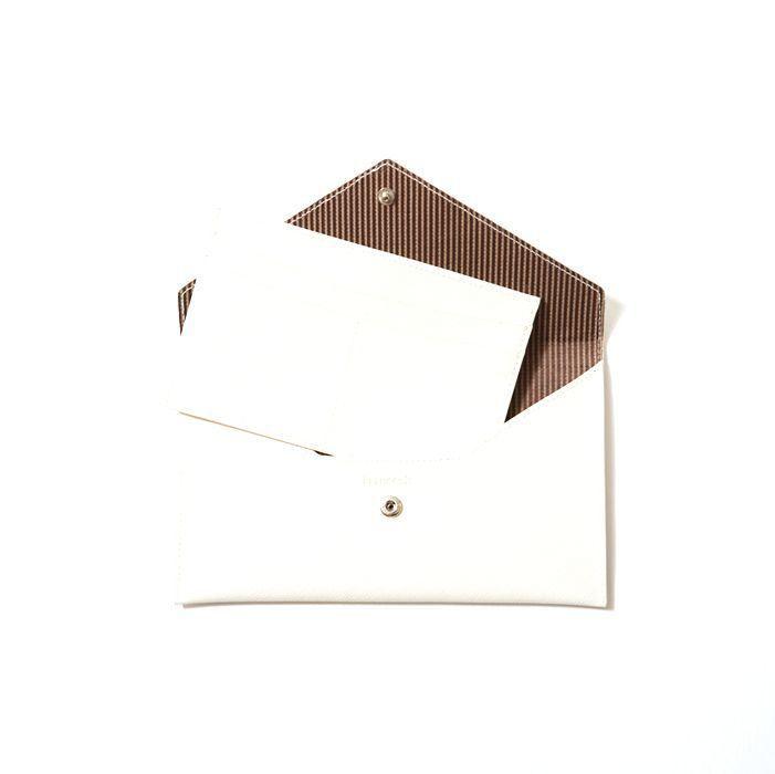 큐레이터 간호섭 :: 심플한 디자인의 지갑과 안에 별도의 카드케이스가 세트 구성되어 있어요. 고급스럽고 내구성이 강한 아이보리 컬러 소재와 안쪽에는 화사한 스트라이프 안감을 사용했고, 클래식함에 캐주얼한 느낌을 가미해 깔끔하죠. 편지봉투 모티브와 스냅버튼 마감으로 수납력도 좋아요.