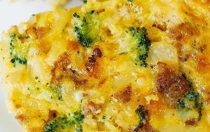 Broccoli con formaggio e salsiccia - Ricetta per i broccoli con formaggio e salsiccia, un piatto cosparso con una gustosa salsa al formaggio, semplicissima da preparare.