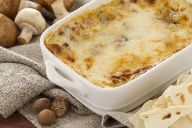 Le lasagne di pane carasau sono un primo piatto ricco e gustoso preparato con pane carasau, ragù di carne e funghi, besciamella.