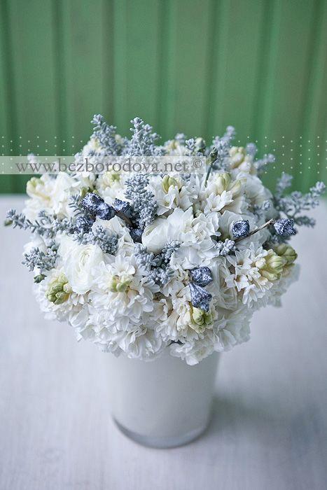 Белый свадебный букет с гиацинтами и гвоздикой