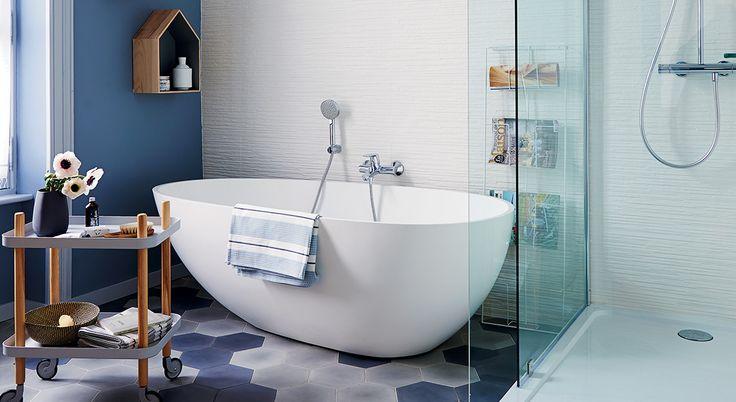 Découvrez la superbe rénovation de cette salle de bains et l'avant - après travaux. Déco contemporaine, équipement moderne, douche, baignoire, grand meuble vasque...