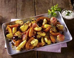 Das Rezept für Ofenkürbis mit Kartoffeln, Äpfeln und Majoran und weitere kostenlose Rezepte auf LECKER.de