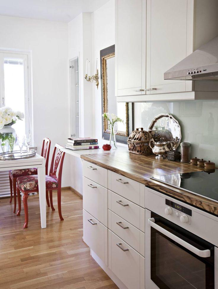 Keittiön kaapit olivat hyvässä kunnossa, ja niihin vaihdettiin vain vetimet. Työtaso vaihdettiin zebranopuiseksi, ja sen jatkeeksi asennettiin kokoontaitettava laskutaso. Seinät maalattiin valkoisiksi ja välitila suojattiin lasilevyllä.