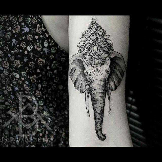 """Tatuagem feita por <a href=""""http://instagram.com/brunoalmeida.art"""">@brunoalmeida.art</a>!  Embora os elefantes pareçam pesados e desajeitados, a sua imagem é também um símbolo de nuvens e graciosidade. Os Hmong têm interpretações semelhantes, e avisam as pessoas para que não insultem os elefantes, pois fazê-lo pode levar à destruição de propriedade.  Significado via dicastatuagem.com"""