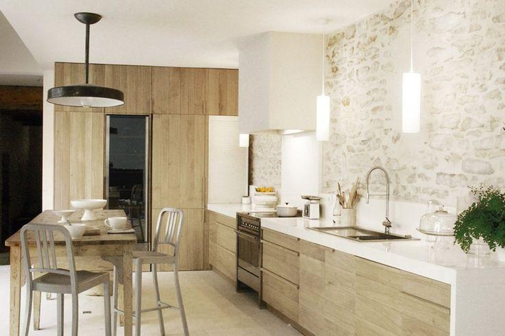 Cucina moderna e rustica con un muro di mattoni bianchi che rende il design più familiare e accogliente