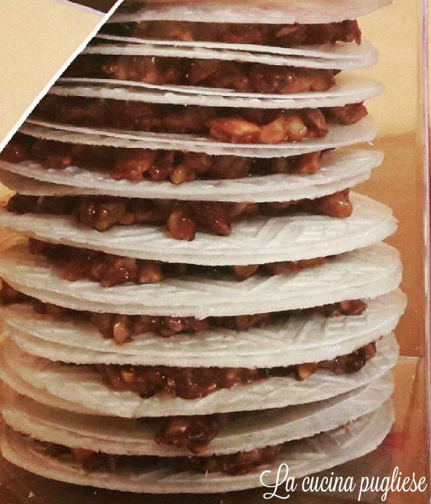"""Un dolce tipico della tradizione pugliese sono le Ostie ripiene! Le Ostie ripiene sono un dolce tipico del Comune di Monte Sant' Angelo (FG). Conosciute in dialetto pugliese come """"ostie chjène"""", sono composte da due cialde ovali di ostia farcite con un ripieno di mandorle tostate, caramellate con zucchero e miele. Inoltre, un pizzico di cannella dona quel tocco speziato particolare alla preparazione. Per la ricetta: http://lacucinapugliese.altervista.org/recipe/ostie-ripiene/"""