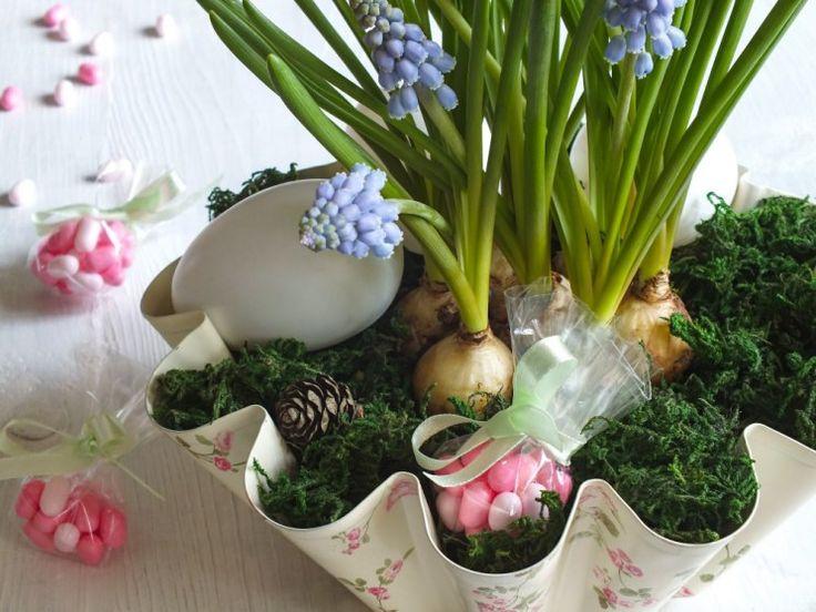 K jarním dekoracím můžete využít řadu věcí, které máte doma. My zaplnili naši formu s dekorem růží modřenci a vyfouknutými vajíčky. Zkuste to s námi také.