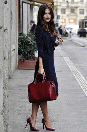 chic outfit chique look - burgundy heels bag black dress - bordeaux rode pumps leren tas