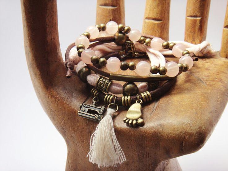 Conjunto de pulseras en rosa palo y marrón.