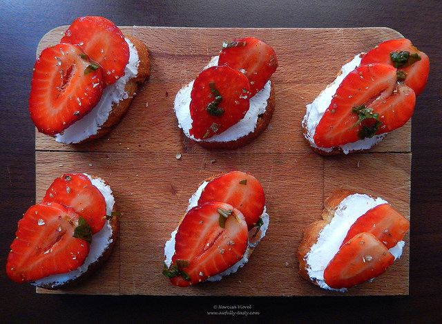 Crostini cu branza de capra si capsuni.   Strawberry and goat cheese crostini