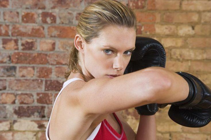 Cómo fortalecer la articulación del codo . Puedes fortalecer tus codos con bandas, mancuernas, barras y ejercicios de levantamiento de peso corporal. Las articulaciones de los codos poseen dos tipos de movimientos: flexión y extensión, durante los cuales doblas y enderezas tus brazos; y la ...