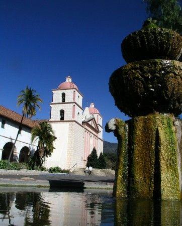 Detalle de la fuente morisca en la Mision Santa Barbara en California - Estados Unidos