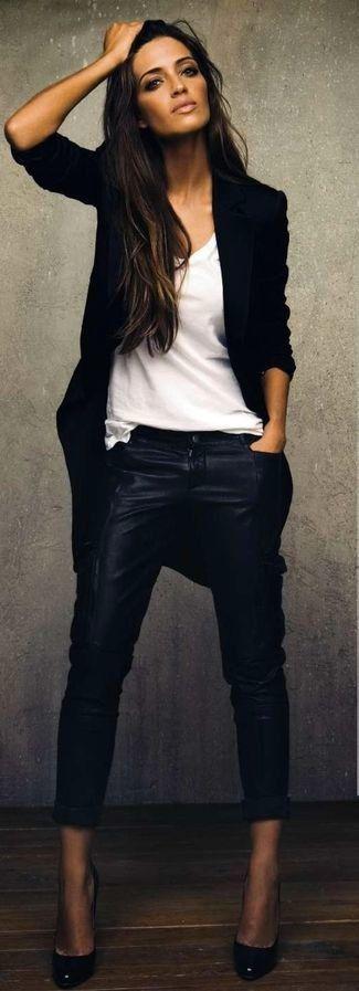Schwarzer Mantel, Weißes T-Shirt mit Rundhalsausschnitt, Schwarze Enge Hose aus Leder, Schwarze Leder Pumps für Damenmode
