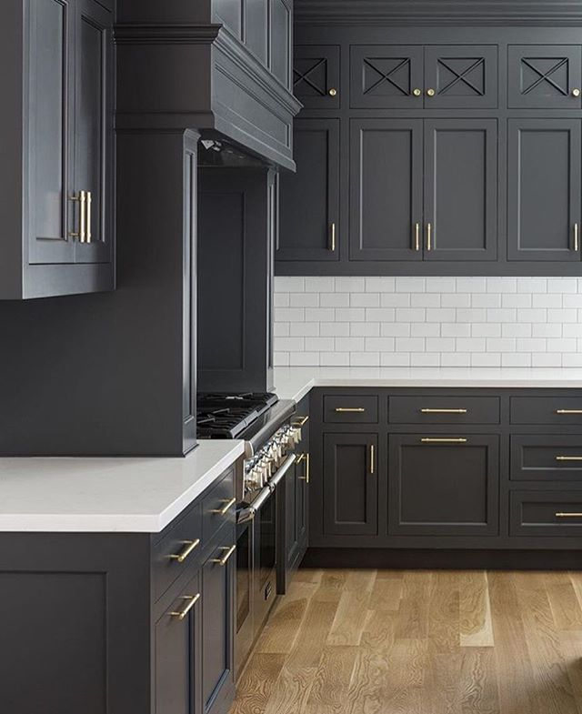 How amazing do these dark cabinets look in this gorgeous kitchen? via: @foxconstructiongroup @cscabinetry