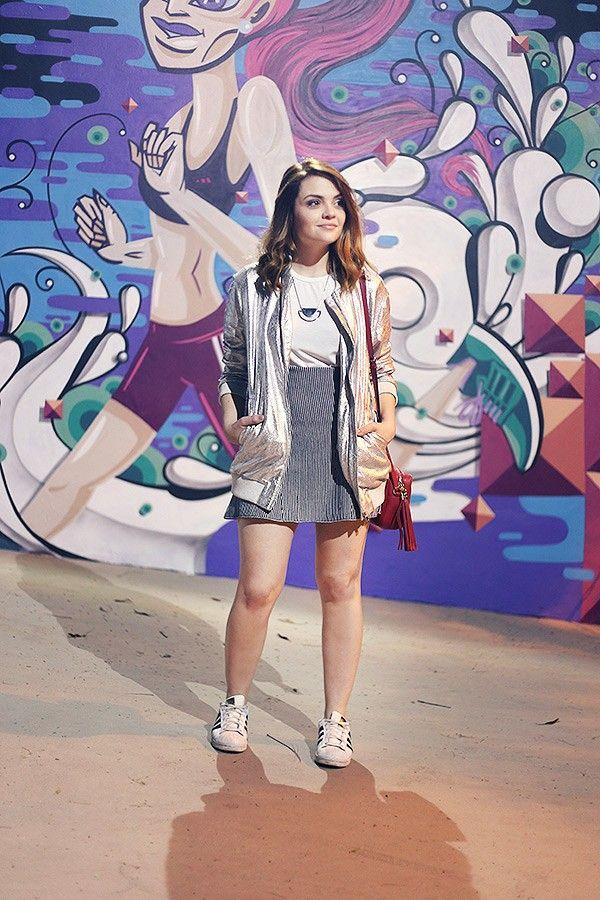 Karol Pinheiro » Look da Ka: jaqueta metalizada e tênis branco