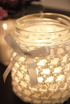 Crocheted lantern, DIY. The glass has been a jam jar before. ☂ᙓᖇᗴᔕᗩ ᖇᙓᔕ☂ᙓᘐᘎᓮ http://www.pinterest.com/teretegui