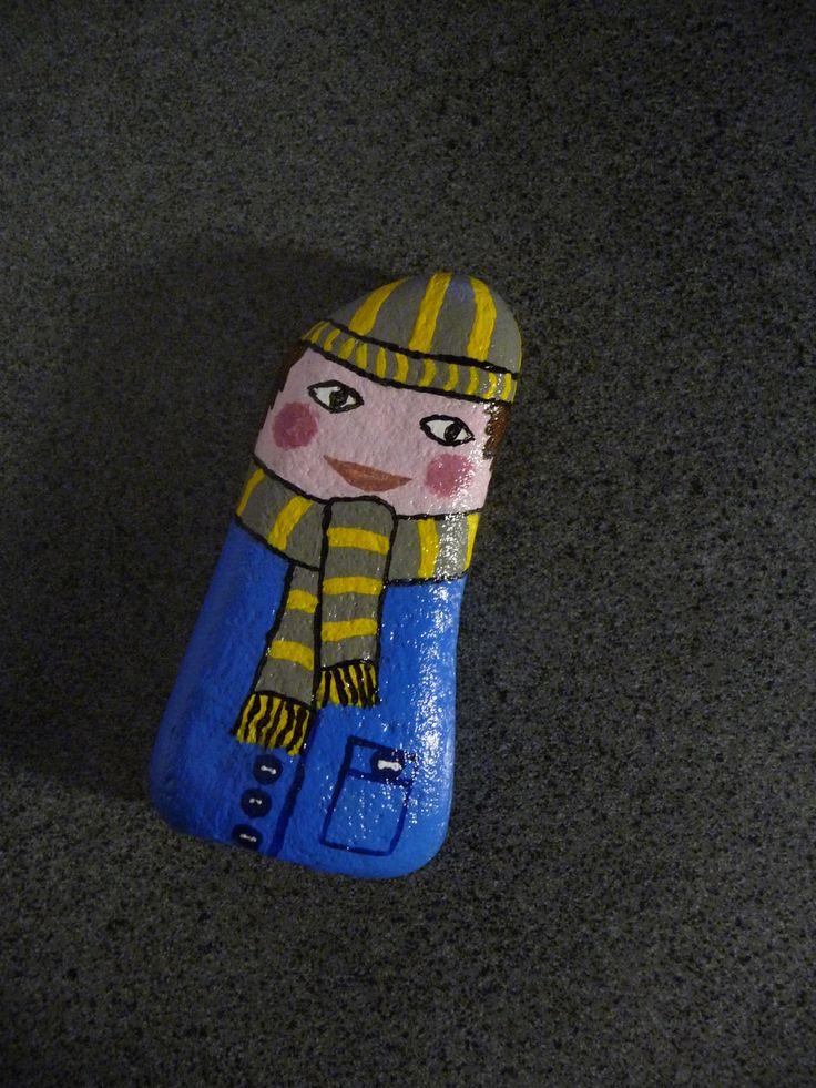 Galet déco garçon emmitouflé peinture acrylique vernis fait main unique