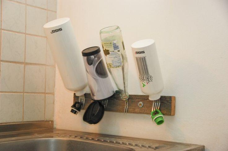 Tag 167: Gastbeitrag – Trockengabeln Inspiriert von eurem Blog haben wir uns auf die Suche nach einer Lösung für unser Flaschen-Chaos in der Küche gemacht. Das Ergebnis seht ihr hier. Aus alten Gabeln und einem kurzen Stück Holz haben wir dieses Flaschen-Abtropf-Regal gebaut