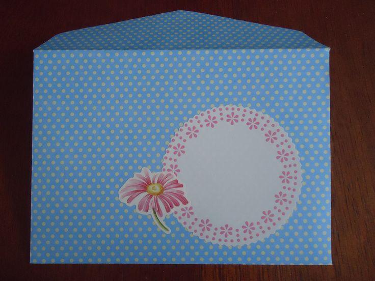 het is leuk om een envelop zelf te vouwen en een mooi etiket erop te plakken. Ik haalde een oude envelop uit elkaar en teken hem over. De binnenkant beplak ik met een patroontje