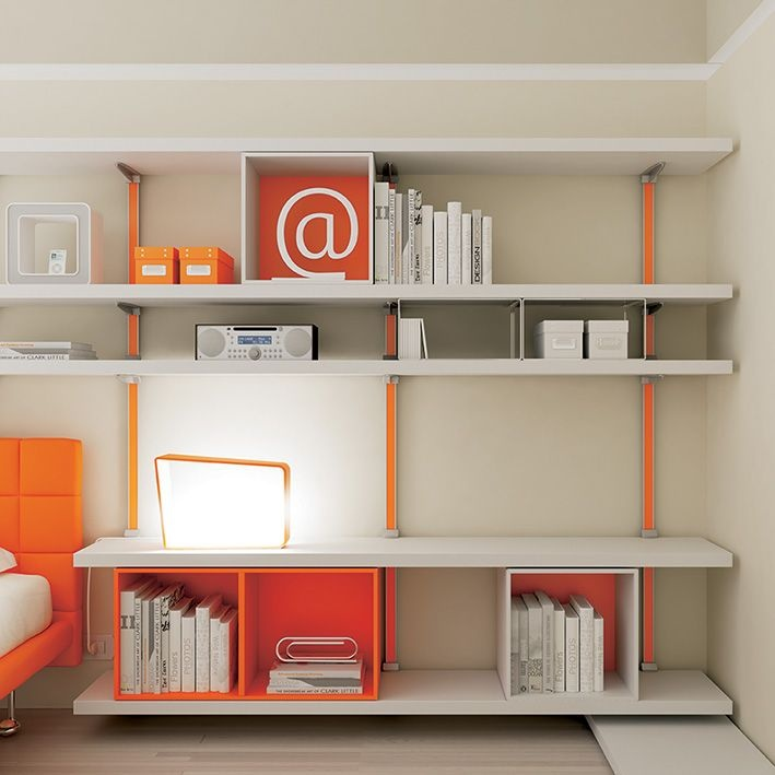 #Boiserie Tape regolabile montanti arancio #mensole in frassino bianco spessore 40mm.  YC24 catalogo Team for Young www.moretticompact.com