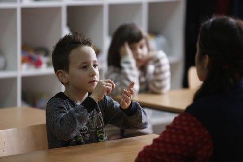Μια ολόκληρη τάξη μαθητών δημοτικού έμαθε τη νοηματική γλώσσα για χατήρι ενός συμμαθητή τους