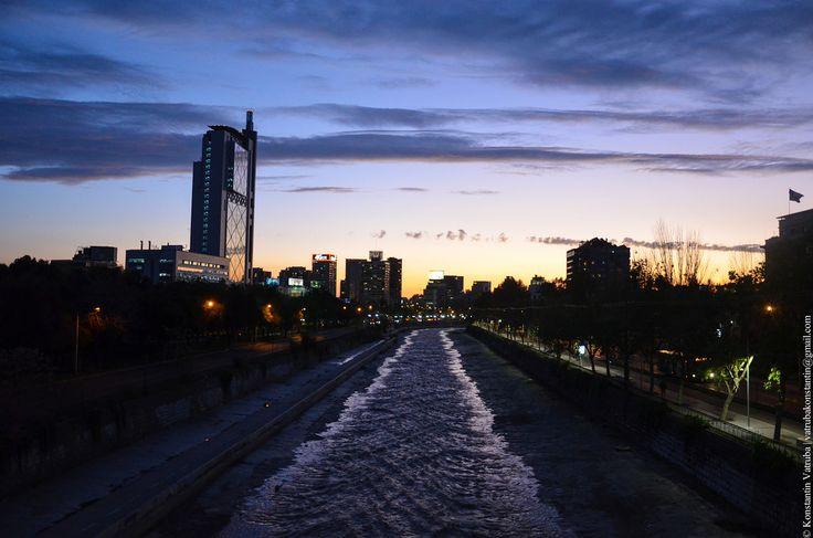 В Сантьяго тоже есть река. Ну, как бы это сказать, скорее ручей цвета молочного шоколада. Глубиной примерно по колено, зато с очень быстрым течением - горный поток…