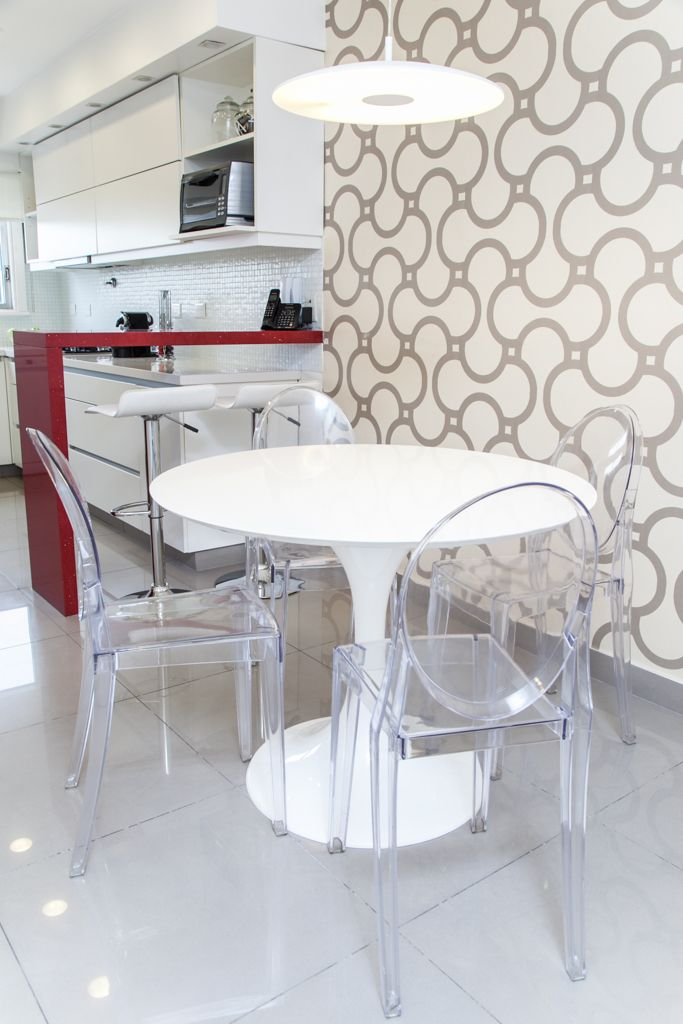 Cocina con barra roja empapelado geom trico porcellanato for Sillas barra cocina